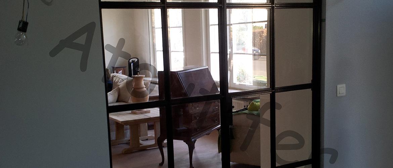 Porte vitrée avec structure en fer
